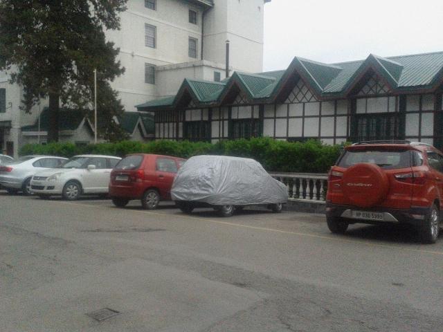 पेड़ पर लटका दिया निगम ने बोर्ड --पार्किंग वसूली हटाई जाये