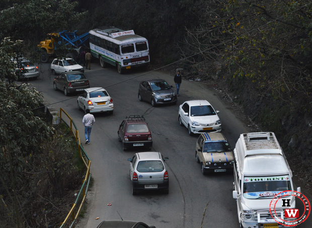 Shimla-MLA-crossing-traffic