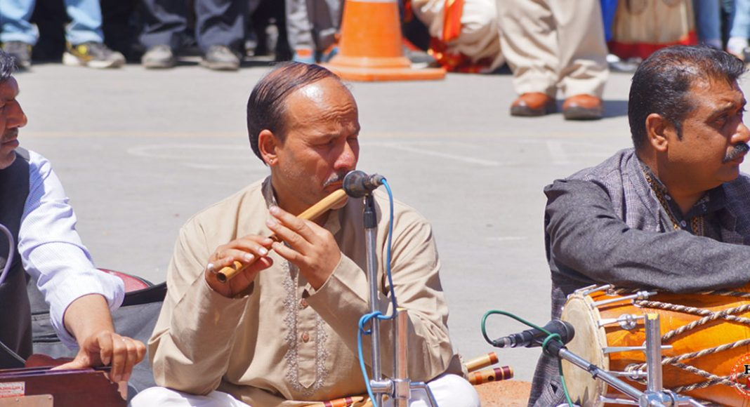 himachali-man-playing--flute