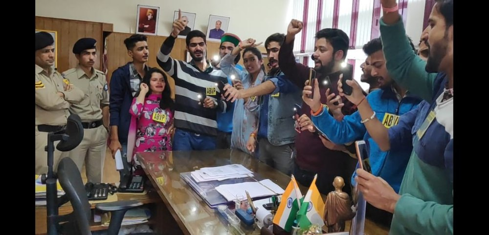 ABVP Protest at HPU over suspension of members 3