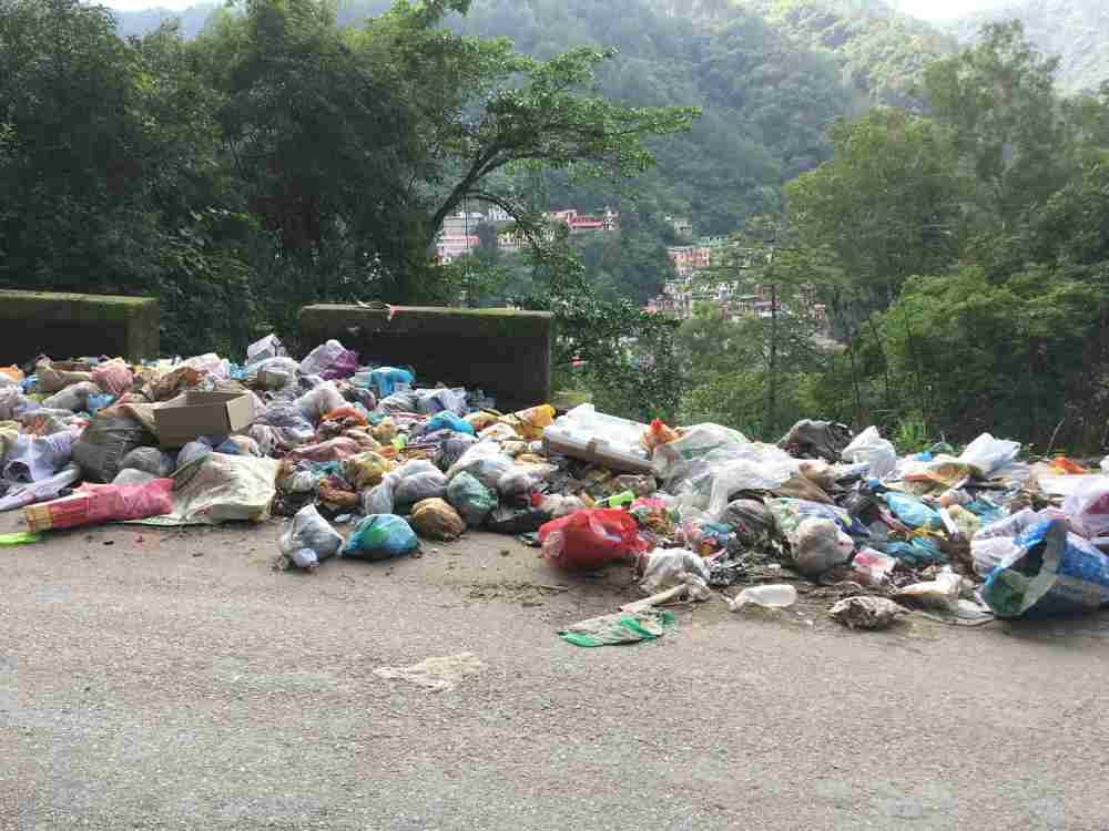 garbage dumping on Mandi road side 5